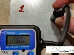 """Fot. 3. Wskazanie na próbce """"1""""."""